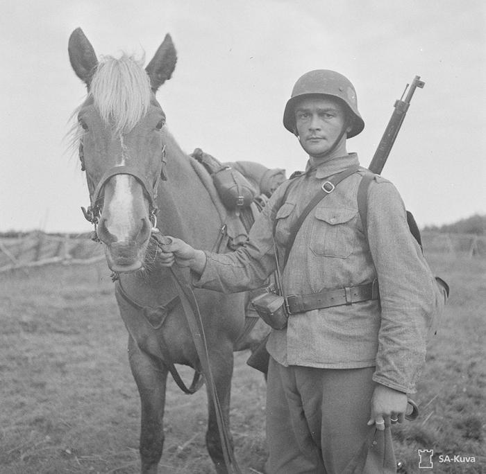 Suomalainen ratsuv� aliupseeri hevosineen.